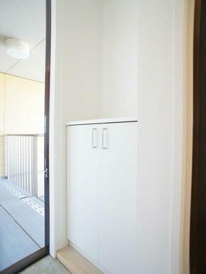 玄関収納も充実してる玄関です!※写真は201号室※