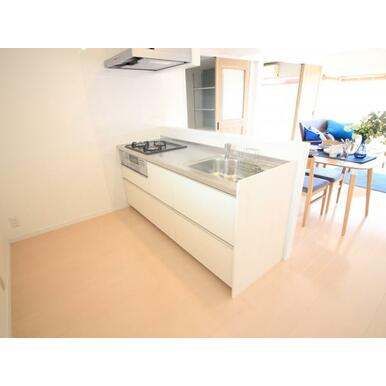 開放感たっぷりのキッチンも新品交換済み。お手入れももちろん快適。