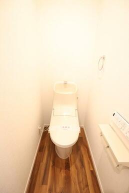 トイレは洗浄機能付便座付き