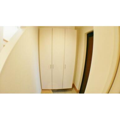 【玄関】 散らかりがちな玄関も片付く大型玄関収納付!