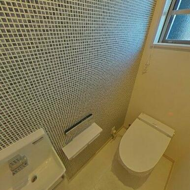 スッキリしたタンクレスのトイレ! 手洗い器も別に付いてます!