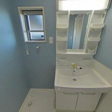 爽やかなカラークロスの洗面脱衣室 もちろんシャワー付き水栓!