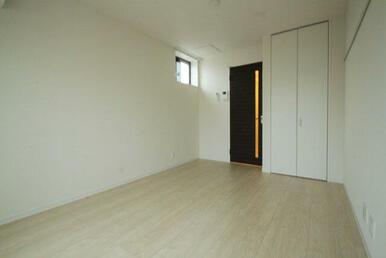【洋室】右側壁面には化粧幕板が御座いますので、壁に穴を空けずに時計などを掛ける事が出来ます♪