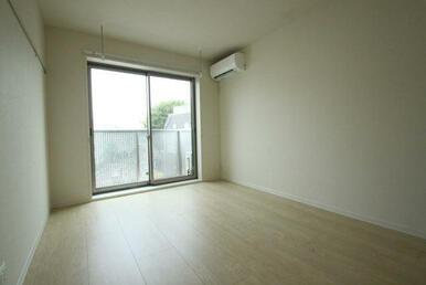 【洋室】7.5帖のお部屋です☆ 床材はフローリングとなります♪