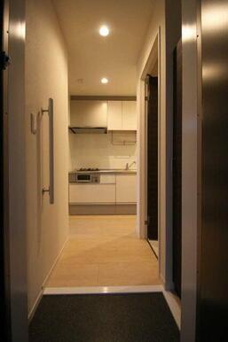 【玄関】右手には玄関収納が御座います☆ 玄関先と廊下は段差がない為、出入りもスムーズです♪