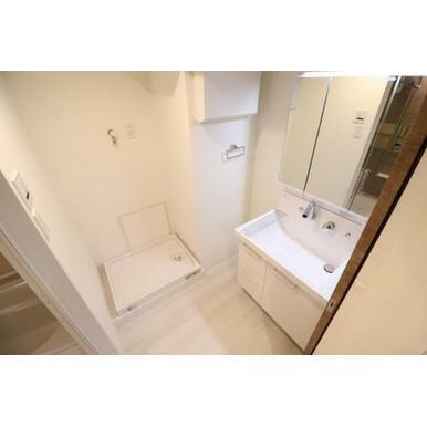 三面鏡とベースキャビネットに収納スペースたっぷりの洗面化粧台です!