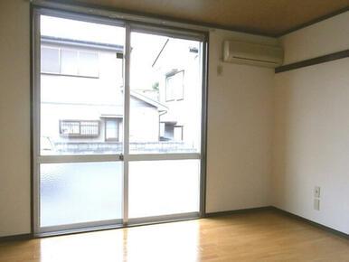 洋室です。大きな窓から光が差し込みます。前面は駐車場につき、日当たり良好です!エアコンも一台ついてお