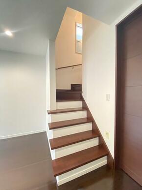 1-2階にかけての階段です。