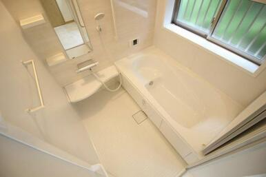 一坪タイプの浴室。浴槽や洗い場も広くお子様とのお風呂も楽しめます♪