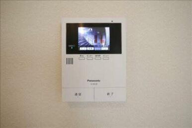 来訪者を映像で確認できるモニタ付ドアホンです! 防犯上でも重要な設備の1つです。