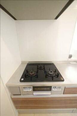 キッチンにはコンロ&グリルも設置されておりますのでお料理もレパートリーが増えて便利です♪