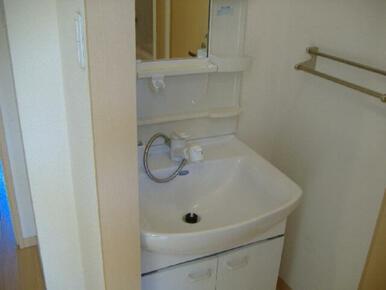 【洗面台】独立洗面台を設置しています。