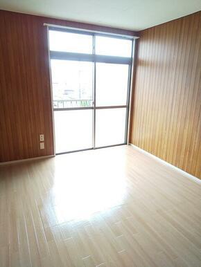 2階・バルコニーに面した明るい6帖洋室