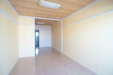 明るい色を基調としたフローリングのお部屋です。