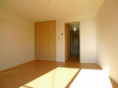 居室☆左の壁面に化粧幕板(可動フックに洋服や絵などを掛けることができます)あり