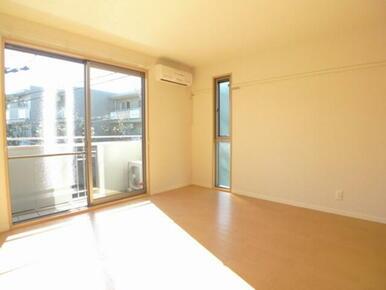 2面採光で明るい居室☆2階角部屋です