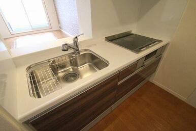 対面キッチンですのでご家族との会話が増えますね♪ またIHコンロは火を使わないので安全♪ 掃除もしや