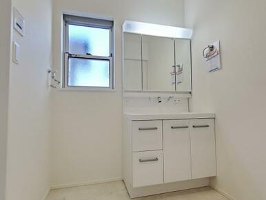洗面台 3面ミラーキャビネットを利用して整理整頓!十分な広さで身支度もスムーズにできます!