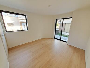 洋室 暗くなりがちな1階洋室には大きな窓で明かりが入る設計です。
