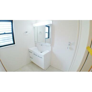 【洗面台】大きくて見やすい3面鏡、その場で洗髪可能なシャワー付の洗面台!