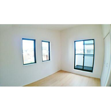 【洋室】 窓からのやさしい光が心地よいプライベートルーム!