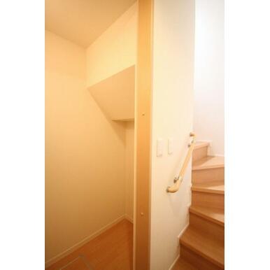 階段下に収納スペースがあるので、スキー・スノーボード用品・ゴルフバックなど置くことも可能です☆