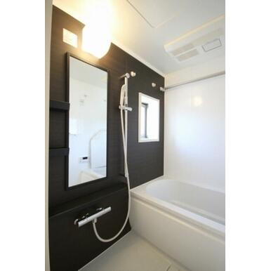 追焚き機能付きの給湯器搭載で、温度調整も簡単に出来ます☆浴室電気乾燥機もついているので洗濯物を乾かす