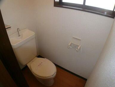 換気・採光にも便利な窓付のトイレ★