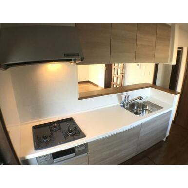 キッチン 収納豊富な吊戸棚付のキッチンです。