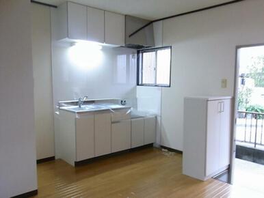 DKです。小窓のあるキッチンは外の空気を感じられて人気です!きれいなキッチンで楽しくお料理が出来そう