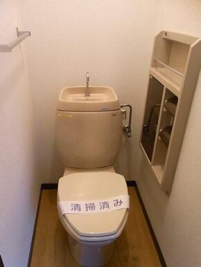 お手洗いです。タオル掛けとペーパーホルダーがついていて便利です。