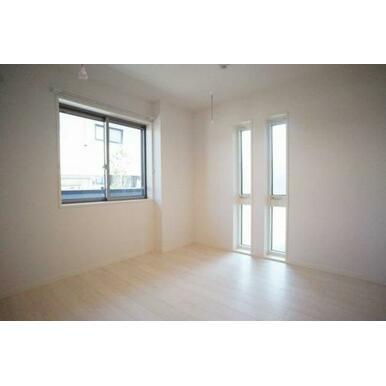 ◆洋室(6.3帖)◆2つの縦長な窓がオシャレながらお部屋の採光も担っており、良い雰囲気です☆