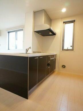 キッチンは鏡面仕上げのブラックカラーとなります。インテリアに彩りを添えています☆
