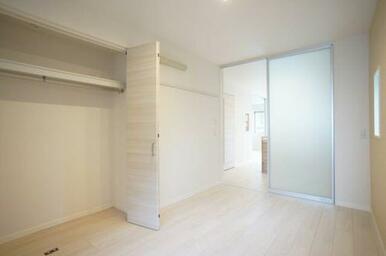 ◆洋室(6.1帖)◆ハンガーパイプ付きクローゼットがあり、収納も楽チンです☆