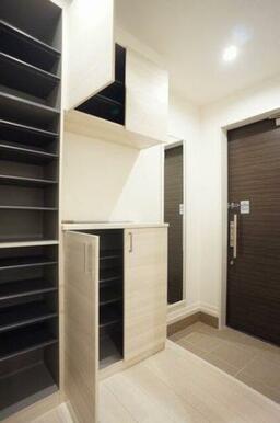 ◆玄関◆大型シューズボックス付きで、たくさん靴が収納できます!棚は高さが変えられるので、ブーツなど丈