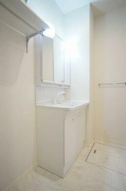 ◆洗髪洗面化粧台◆シャワー付きで、忙しい朝にもシャンプーができちゃいます☆室内洗濯機スペース、収納棚