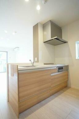 ◆キッチン◆IHコンロ、グリル付きのシステムキッチンです!対面式なので、お部屋の様子を伺いながら料理