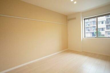 ◆洋室(6.0帖)◆化粧幕板がありますので、お洋服や飾りかけにご活用ください♪
