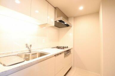 【キッチン】独立キッチンなのでリビングとメリハリが出ることで、生活感を抑えることができます♪吊戸棚