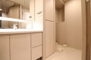 【洗面室】リネン庫がございますのでタオルや衣類、洗剤のストックなどを収納して頂けます。