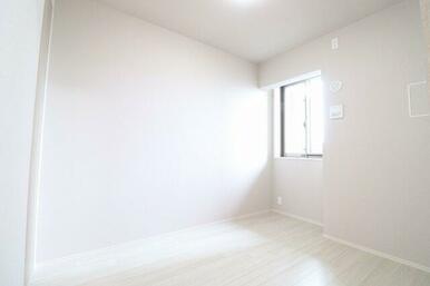 【洋室】陽の光が差し込む明るい洋室です。建具や床にカラーがアイボリーなのでより明るく解放感を演出し