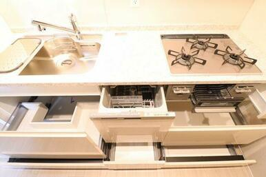 【キッチン】ソフトクローズ機能付きスライド収納がありますので調理器具を多く収納できます◎