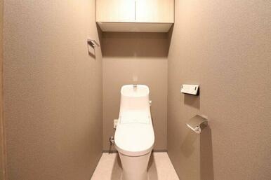 【お手洗い】吊戸棚があり収納に便利♪