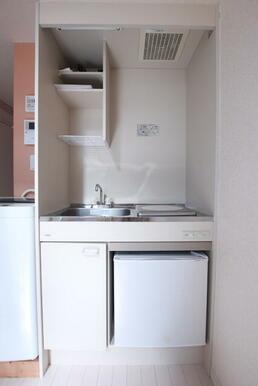 1口コンロ・ミニ冷蔵庫付きのキッチン※洗濯機は残置物です。設備保証はありません