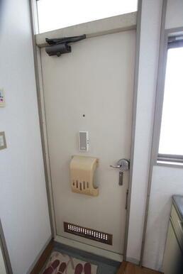 玄関にはドアポストあり