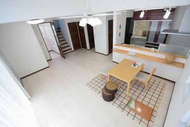 家族全員が集まるリビング。建物と性能と敷地の特性を活かした最適な配置により、明るく、開放的な空間