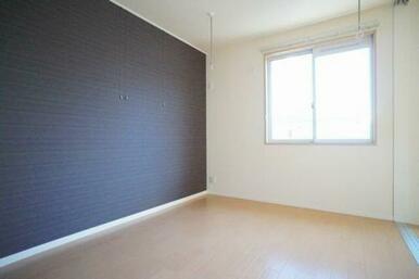 ◆洋室(5.5帖)◆ピクチャーレールがあるので、お写真などを飾ってインテリアをお楽しみください♪室内