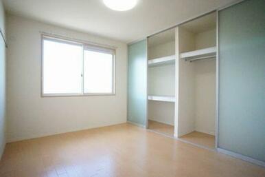 ◆洋室(6.1帖)◆クローゼットはハンガーパイプ・棚付きで、収納のしやすさ・収納力ともに◎