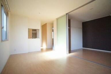 ◆LDK(13.4帖)◆スライドスクリーンを開ければ、隣の洋室と合わせて広々と使うことができます!