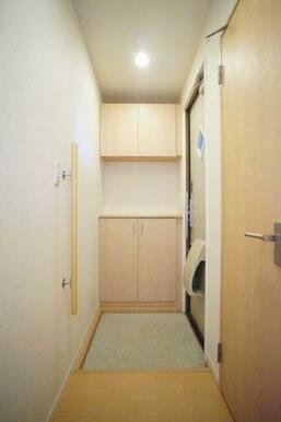 ◆玄関◆吊戸棚付きのシューズボックスです!棚は高さが変えられるので、ブーツなど丈が長い靴も収納しやす